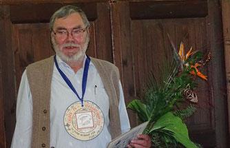 Hans-Dieter Bast ist seit der Geburtsstunde der Fachgruppe dabei und wurde für sein Engagement geehrt.