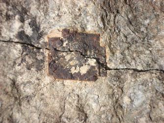 Gespaltener Pyritwürfel im Granit