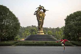 La statua alta dieci metri che raffigura la Coppa del Mondo all' ingresso dell'istituto giovanile del Guangzhou Evergrande a Qingyuan