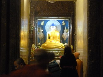 ブッダガヤー大塔内の釈尊像