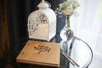 Die besten Wünsche von den Hochzeitsgästen gesammelt im Gästebuch.