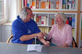 Handschlag beim Notar: Gesa Schiekel aus Scheeßel weiß ihr Grundstück als Rückzugsgebiet für Tiere und Pflanzen beim NABU in guten Händen