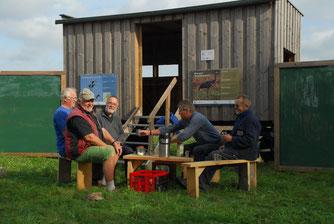 Nach getaner Arbeit eine gemütliche Tasse Kaffee: Udo Frey, Klaus Lusch, Bodo Lutz, Jörg Schmidt und Manfred Tödter (von links) vom NABU haben den Kranichwagen für die Zugzeit vorbereitet.