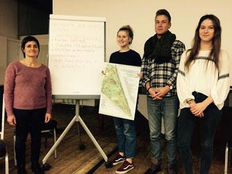 Gemeinsam mit Lehrerin Susanne Knief (von links) erklärten Lisa Oltersdorf, Robert Krause und Lara-Joy Dierks, worauf beim Verfassen von Texten in einfacher Sprache zu achten ist