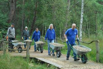 Gemeinsame Arbeit schafft Gemeinschaft: NABU-Mitglieder (von links: Wilfried Haltermann, Lutz Bauche, Antje Meyer, Birte Weber, Georg Radlanski) beim Ausbessern des Butterweges.