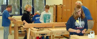 Emsig bauen Jugendliche aus der achten Klasse gemeinsam mit NABU-Ehrenamtlichen an den Hochbeeten. Bis Ende März müssen sie fertig sein.