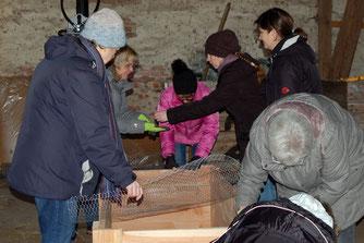 Damit in der Einrichtung zu Hause später alles klappt, übten Erzieherinnen und Paten gemeinsam die Montage der Bausätze.
