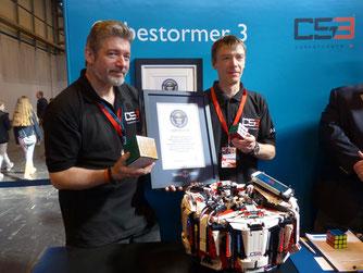 "David Gilday y Mike Dobson sujetando su diploma acreditativo de haber obtenido el premio ""Guinness World Records"". Tomado de http://mms.businesswire.com/"