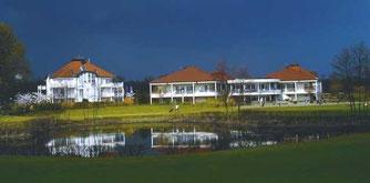 Clubhaus und Appartements des Golfclubs