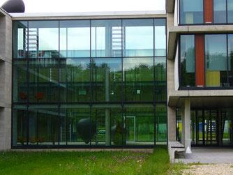 voll-verglaster Innenhof der Ulmer Klinikverwaltung auf dem Eselsberg