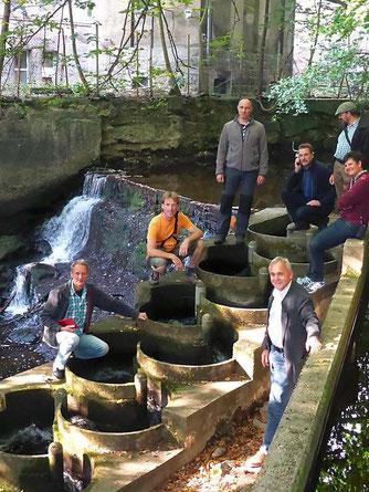 Die Neustadter Naturschutzdelegation mit Ulrich Eichler (Umwelt- und Energiebeauftragter der Stadt Wernigerode) an einem Fischaufstieg an der Holtemme (© Katrin Anders)