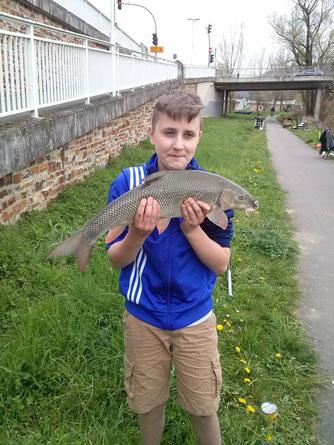 ein stolzer Angler - Sammy Beck mit ca. 3 kg Barbe auf Made