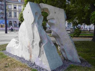 Mehmet Aksoy: Denkmal für den unbekannten Deserteur. Zunächst für den Friedensplatz in Bonn gestaltet, wegen politischer Ablehnung nach der Wende am Platz der Einheit in Potsdam aufgestellt!