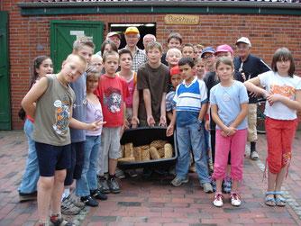 Kinder mit selbstgebackenem Brot. Foto: NABU-Woldenhof