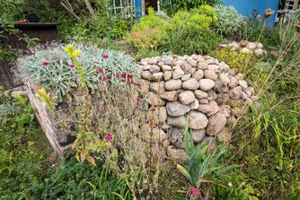 Hochbeet mit Trockenmauer  Foto: NABU/Eric Neuling