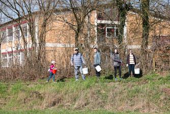 Mit Eimern bewaffnet ging es dem Müll an den Kragen (Foto: B. Budig)