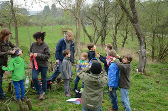 Die Kinder verbinden sich für die anstehende Aufgabe die Augen. - Foto: Dennis Dieckmann