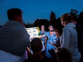 Britta Raabe erklärt der NAJU Wissenswertes über Fledermäuse. - Foto: Kathy Büscher