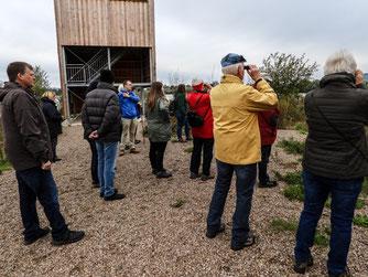 Die Besuchergruppe am Beobachtungsturm. - Foto: Kathy Büscher