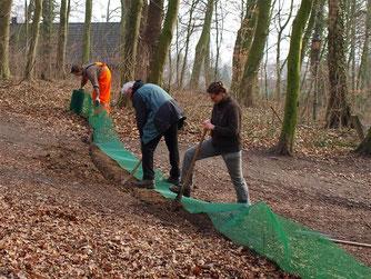 Die Ehrenamtlichen beim Aufbau des Krötenzaunes. - Foto: Kathy Büscher