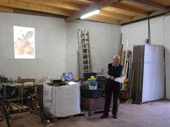 Dr. med. Eckhard Marx informiert über die Streuobstwiese und die dort gepflanzten Obstarten. - Foto: Kathy Büscher
