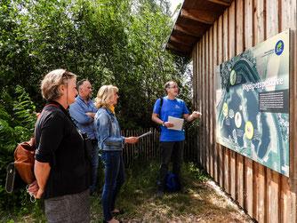 Die Gruppe an der Schautafel vor der Beobachtungshütte. - Foto: Kathy Büscher