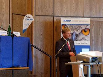 Dr. Holger Buschmann hält sein Grußwort und zeigt die aktuelle Situation im Naturschutz in Niedersachen auf. - Foto: Kathy Büscher