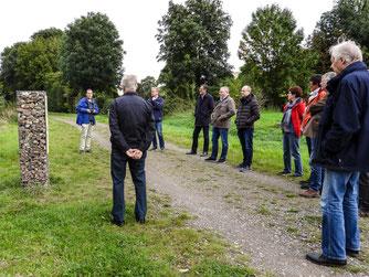 Die Exkursionsgruppe um Dr. Nick Büscher in der Auenlandschaft. - Foto: Kathy Büscher