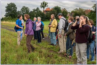 Der NABU Wennigsen lässt sich die Auenlandschaft Hohenrode zeigen. - Foto: Adolf Wiehenkel