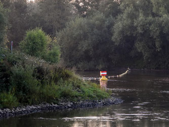 Der Einmündungsbereich von der Weser in die Auenlandschaft Hohenrode ist mit einer Bojenkette versperrt. - Foto: Kathy Büscher