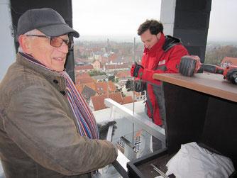 Erwin Mattegiet und Christian Müller bei der Installation. - Foto: Dr. Nick Büscher