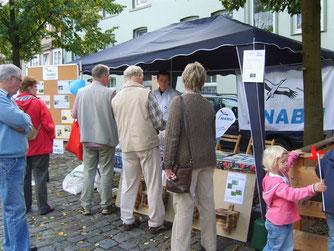 Besucher am Info-Stand des NABU. - Foto: Kathy Büscher
