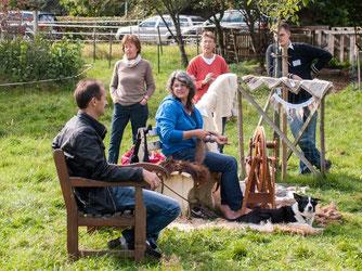 Auch das Spinnrad wurde beim Apfelfest benutzt. - Foto: Kathy Büscher