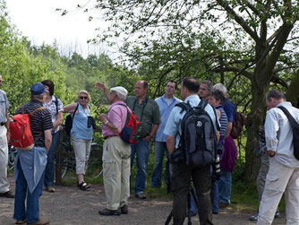 Thomas Brandt von der ÖSSM informiert am Eingang zum Vogelbiotop über örtliche Begebenheiten. - Foto: Kathy Büscher