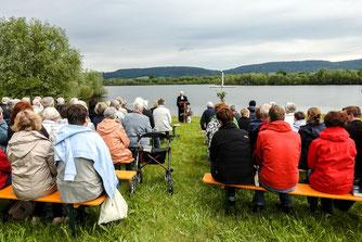 Viele Besucher beim Gottesdienst am Badestrand. - Foto: Kathy Büscher