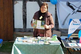 """Dr. Petra Sittig, Kreisverbandsvorsitzende des NABU Schaumburg, verteilte die Flyer zur """"Stunde der Gartenvögel"""". - Foto: Kathy Büscher"""