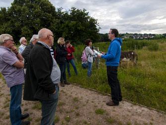 Dr. Nick Büscher macht an der Weide am Stichweg Halt, um das Beweidungsprojekt vorzustellen. - Foto: Kathy Büscher