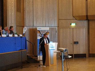 Rintelns Bürgermeister Karl-Heinz Buchholz hält sein Grußwort und lobt die Zusammenarbeit mit dem Rintelner NABU. - Foto: Kathy Büscher