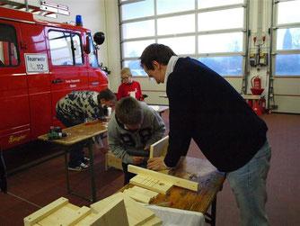 Im Gerätehaus der Feuerwehr werden die Kästen gebaut. - Foto: Kathy Büscher
