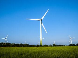 Windenergieanlagen bieten Chancen und Risiken. - Foto: Kathy Büscher