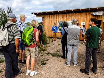 Dr. Nick Büscher begrüßt die Teilnehmer an der Beobachtungshütte. - Foto: Kathy Büscher