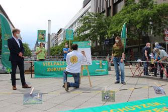Erste Unterschrift in Hannover zum Volksbegehren. - Foto: Mareike Sonnenschein