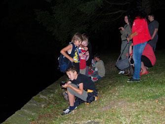 Mit dem Batdetektor konnten die Kinder die Fledermäuse hören. - Foto: Kathy Büscher