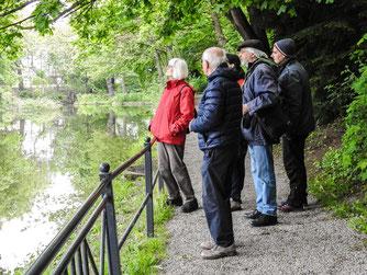 Die Exkursionsgruppe im Blumenwall. - Foto: Kathy Büscher