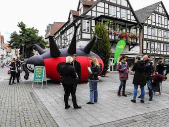 Auf dem Rintelner Marktplatz wurden Unterschriften gesammelt. - Foto: Kathy Büscher
