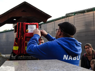 Thomas Schäfer öffnet seinen Rucksack mit Utensilien zur Fledermaushilfe. - Foto: Kathy Büscher