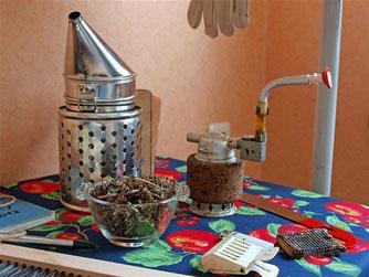 Auch die typischen Imkerwerkzeuge wurden ausgestellt und dem ein oder anderen wurde beim Anblick bewusst, dass in einem Honigglas doch etwas mehr Arbeit steckt. - Foto: Kathy Büscher