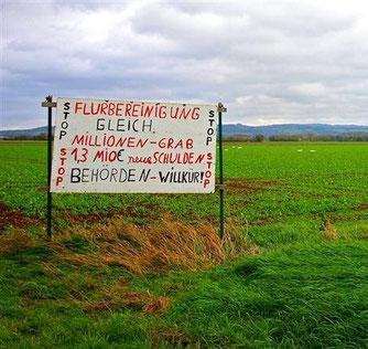 Schild gegen die Flurbereinigung in den Rintelner Wiesen. - Foto: Kathy Büscher
