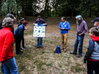Die Exkursionsgruppe um Dr. Nick Büscher und Dennis Dieckmann im Blumenwall. - Foto: Kathy Büscher