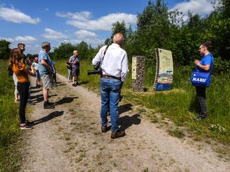 Die Exkursionsgruppe in der Auenlandschaft. - Foto: Kathy Büscher